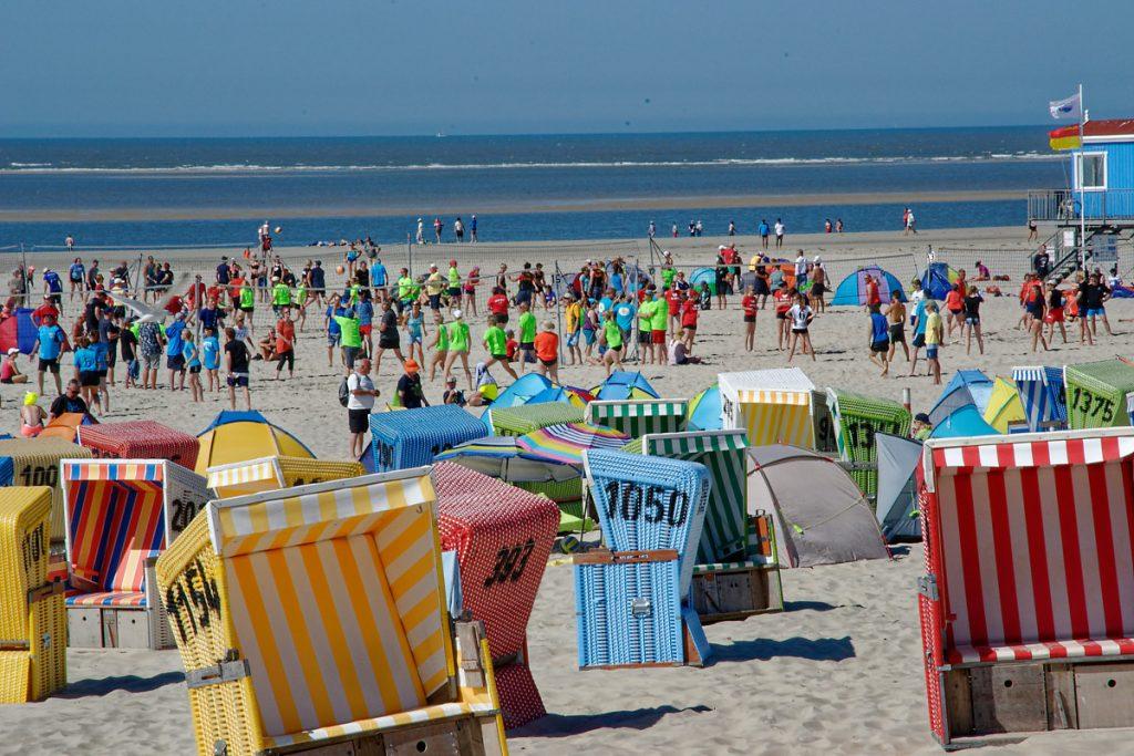 Am Hauptstrand von Langeoog mit Blick über die Standkörbe auf die spielenden Volleyballer auf den vielen Feldern